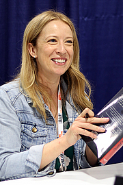 """Foto auteur. Robin Benway at the 2018 U.S. National Book Festival By Fuzheado - Own work, CC BY-SA 4.0, <a href=""""https://commons.wikimedia.org/w/index.php?curid=72308899"""" rel=""""nofollow"""" target=""""_top"""">https://commons.wikimedia.org/w/index.php?curid=72308899</a>"""