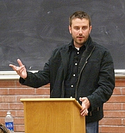 Forfatter foto. English: American journalist Jeremy Scahill giving a lecture at Sacramento City College in Sacramento, California, United States. Photo taken with a Sony DSLR-A100 digital camera.