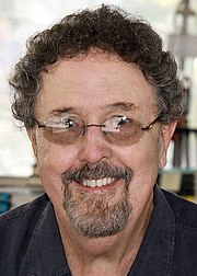 """Foto do autor. Timothy Hallinan at the 2014 Texas Book Festival, Austin Texas, United States. By Larry D. Moore, CC BY-SA 4.0, <a href=""""https://commons.wikimedia.org/w/index.php?curid=36762132"""" rel=""""nofollow"""" target=""""_top"""">https://commons.wikimedia.org/w/index.php?curid=36762132</a>"""