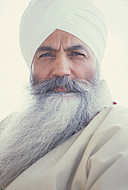 "Autoren-Bild. This is a photo of Yogi Bhajan in 1985. By Kundalini Research Institute and Teachings of Yogi Bhajan (copyright holders) - Original publication: unknownImmediate source: Kundalini Research Institute and Teachings of Yogi Bhajan (copyright holders), CC BY-SA 4.0, <a href=""https://commons.wikimedia.org/w/index.php?curid=47853179"" rel=""nofollow"" target=""_top"">https://commons.wikimedia.org/w/index.php?curid=47853179</a>"