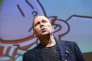 "Fotografia de autor. ""Dog Man"" series author Dav Pilkey speaks during a ""National Book Festival Presents"" event, October 11, 2019. Photo by Shawn Miller/Library of Congress."