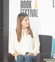 "Foto de l'autor. reading at the National Book Festival, Washington, D.C. By slowking4 - Own work, GFDL 1.2, <a href=""https://commons.wikimedia.org/w/index.php?curid=72267089"" rel=""nofollow"" target=""_top"">https://commons.wikimedia.org/w/index.php?curid=72267089</a>"