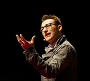 """Författarporträtt. Sinek, TEDx Maastricht 2011 By Startwithwhy - Own work, CC BY-SA 3.0, <a href=""""//commons.wikimedia.org/w/index.php?curid=15986453"""" rel=""""nofollow"""" target=""""_top"""">https://commons.wikimedia.org/w/index.php?curid=15986453</a>"""