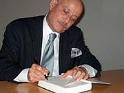 "Författarporträtt. Jeremy Rifkin (1945-    ) signing a book after his lecture at Amerika Haus, Frankfurt, Germany on Sept. 15, 2004 <a href'""http://frankfurt.usconsulate.gov/frankfurt/rifkin.html"">U.S Consulate, Frankfurt, Germany</a>"