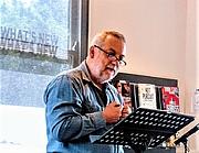 Författarporträtt. The author (Frank Prem) reading to an audience.