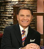"""Foto de l'autor. Kenneth Copeland in the Believer's Voice of Victory television broadcast in 2011. By Kenneth Copeland Ministries - Crop of File:Kenneth and Gloria Copeland hosting Believer's Voice of Victory - 2011.jpg, CC BY-SA 3.0, <a href=""""//commons.wikimedia.org/w/index.php?curid=46116829"""" rel=""""nofollow"""" target=""""_top"""">https://commons.wikimedia.org/w/index.php?curid=46116829</a>"""