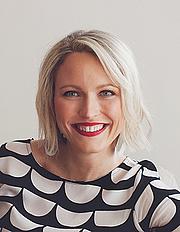 Kirjailijan kuva. Sally Hepworth
