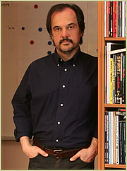 """Fotografia de autor. Apostolos Doxiadis, author of """"Logicomix"""" and """"Uncle Petros and Goldbach's Conjecture"""". Image, by permission, from Mr. Doxioadis' WebSite at <a href=""""http://www.apostolosdoxiadis.com/en/index.php?option=com_content&view=article&id=269&Itemid=30"""" rel=""""nofollow"""" target=""""_top"""">http://www.apostolosdoxiadis.com/en/index.php?option=com_content&view=articl...</a>"""