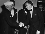 Forfatter foto. Prime Minister of India Jawaharlal Nehru (left) greets Philip Jessup, October 1949. (trumanlibrary.org)
