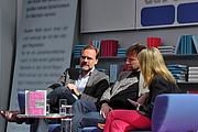 """Forfatter foto. Medienjournalist Kai-Hinrich Renner (links) und dessen Bruder Tim Renner im Gespräch auf dem Blauen Sofa während der Leipziger Buchmesse 2011. By Blaues Sofa - Flickr: Kai-Hinrich und Tim Renner auf dem Blauen Sofa, CC BY 2.0, <a href=""""https://commons.wikimedia.org/w/index.php?curid=20527104"""" rel=""""nofollow"""" target=""""_top"""">https://commons.wikimedia.org/w/index.php?curid=20527104</a>"""