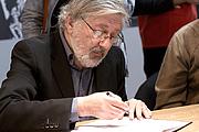 Fotografia de autor. from Wikipedia Jacques Tardi en dédicace au Salon du livre de Paris. Author Georges Seguin