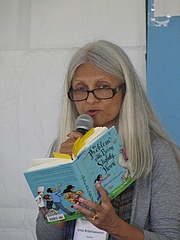 """Foto do autor. reading at the 2014 Gaithersburg Book Festival By Slowking - Own work, GFDL 1.2, <a href=""""https://commons.wikimedia.org/w/index.php?curid=32831978"""" rel=""""nofollow"""" target=""""_top""""></a><a href=""""https://commons.wikimedia.org/w/index.php?curid=32831978"""" rel=""""nofollow"""" target=""""_top"""">https://commons.wikimedia.org/w/index.php?curid=32831978</a>"""