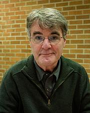 Kirjailijan kuva. Wikipedia: David Macaulay at the Mazza Museum 2012 Fall Conference where he received the Mazza Medallion.