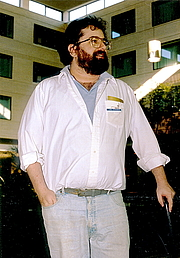 Foto del autor. Science fiction and fantasy author Joel Rosenberg, at the Chicago-area convention Windycon in October 1987. Photo by Michael P. Kube-McDowell via Wikimedia Commons