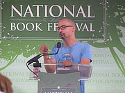 """Foto do autor. Junot Díaz at the 2012 National Book Festival By Slowking4 - Own work, GFDL 1.2, <a href=""""https://commons.wikimedia.org/w/index.php?curid=21582075"""" rel=""""nofollow"""" target=""""_top"""">https://commons.wikimedia.org/w/index.php?curid=21582075</a>"""
