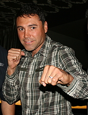 """Foto do autor. Oscar De La Hoya at Fight Night Club event at the Club Nokia in Los Angeles, California, United States. By DEWALT POWER TOOLS FIGHT NIGHT CLUB 2010 - Flickr: Picture 749, CC BY-SA 2.0, <a href=""""https://commons.wikimedia.org/w/index.php?curid=15068204"""" rel=""""nofollow"""" target=""""_top"""">https://commons.wikimedia.org/w/index.php?curid=15068204</a>"""