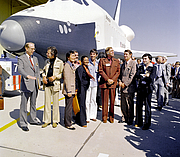 Foto do autor. The Shuttle Enterprise with Star Trek television cast members. From left to right they are: DeForest Kelley, George Takei, James Doohan, Nichelle Nichols, Leonard Nimoy, Gene Rodenberry, and Walter Koenig. (NASA photo)