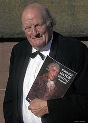 Kirjailijan kuva. Prof. H.C. Robbins Landon, Photo by Eddie Brown/English Haydn Festival