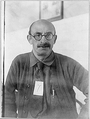 Foto de l'autor. Official photo taken prior to deportation, 1919 (George Grantham Bain Collection, Library of Congress Prints and Photographs Division, Reproduction number: LC-USZ62-40636)