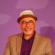 """Fotografia de autor. reading at National Book Festival By Slowking4 - Own work, GFDL 1.2, <a href=""""https://commons.wikimedia.org/w/index.php?curid=62180074"""" rel=""""nofollow"""" target=""""_top"""">https://commons.wikimedia.org/w/index.php?curid=62180074</a>"""