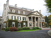 """Författarporträtt. George Eastman house exterior, Rochester, New York By Dmadeo - Own work, CC BY-SA 4.0, <a href=""""https://commons.wikimedia.org/w/index.php?curid=3124727"""" rel=""""nofollow"""" target=""""_top"""">https://commons.wikimedia.org/w/index.php?curid=3124727</a>"""