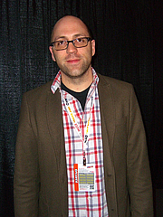 """Kirjailijan kuva. Author Daniel Kraus at the Saturday zombie discussion panel on Day 3 of the 2012 New York Comic Con, Saturday October 13, 2012 at the Jacob K. Javits Convention Center in Manhattan. By Luigi Novi, CC BY 3.0, <a href=""""https://commons.wikimedia.org/w/index.php?curid=22563880"""" rel=""""nofollow"""" target=""""_top"""">https://commons.wikimedia.org/w/index.php?curid=22563880</a>"""