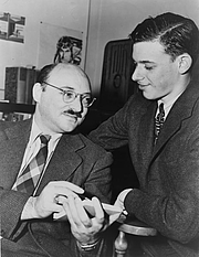 "Foto de l'autor. Frederic Dannay (left, one half of ""Ellery Queen"") with James Yaffe, World Telegram & Sun photo by Al Aumuller, 1943 (Library of Congress Prints and Photographs Division, LC-USZ62-126102)"