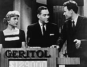 "Foto auteur. Quiz show ""21"" host Jack Barry turns toward contestant Charles Van Doren as fellow contestant Vivienne Nearing looks on/photo by Orlando Fernandez: New York World-Telegram and the Sun Newspaper Photograph Collection (Library of Congress)(LC-USZ62-126813)"