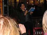 """Fotografia de autor. Writer Dr Chloe Aridjis at a book signing. My photo By ChinaBear69 - Own work, CC BY-SA 3.0, <a href=""""https://commons.wikimedia.org/w/index.php?curid=17501290"""" rel=""""nofollow"""" target=""""_top"""">https://commons.wikimedia.org/w/index.php?curid=17501290</a>"""