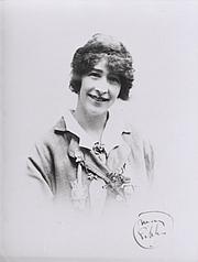 "Fotografia de autor. National Library of Australia (Public Domain - <a href=""http://en.wikipedia.org/wiki/File:May_Gibbs.jpg"" rel=""nofollow"" target=""_top"">Wikipedia source</a>)"