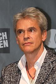 """Forfatter foto. Der österreichische Kinder- und Jugendbuchautor Thomas Brezina auf der Mastercard-Bühne der Wiener Buchmesse 2018. By Bwag - Own work, CC BY-SA 4.0, <a href=""""https://commons.wikimedia.org/w/index.php?curid=74535301"""" rel=""""nofollow"""" target=""""_top"""">https://commons.wikimedia.org/w/index.php?curid=74535301</a>"""