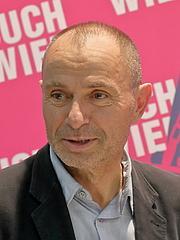 """Kirjailijan kuva. Der österreichische Schriftsteller Norbert Gstrein auf der Wiener Buchmesse 2019. By Bwag - Own work, CC BY-SA 4.0, <a href=""""https://commons.wikimedia.org/w/index.php?curid=83899218"""" rel=""""nofollow"""" target=""""_top"""">https://commons.wikimedia.org/w/index.php?curid=83899218</a>"""