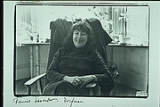 Forfatter foto. Portriat of Denise Levertov taken by Elsa Dorfman on Flagg St, Cambridge, MA