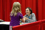 """Kirjailijan kuva. Cece Bell signs books for fans at the National Book Festival, August 31, 2019. Photo by Edmond Joe/For the Library of Congress.By Library of Congress Life - 20190831EJ0634.jpg, CC0, <a href=""""https://commons.wikimedia.org/w/index.php?curid=82899263"""" rel=""""nofollow"""" target=""""_top"""">https://commons.wikimedia.org/w/index.php?curid=82899263</a>"""