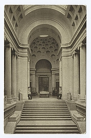 """Foto do autor. Stairway and rotunda, Museum of Fine Arts, Boston<br> Courtesy of the <a href=""""http://digitalgallery.nypl.org/nypldigital/id?70540"""">NYPL Digital Gallery</a> (image use requires permission from the New York Public Library)"""
