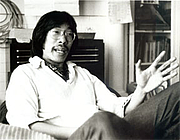 "Foto do autor. From <a href=""http://aatheatre.web.unc.edu/2011/01/31/frank-chin-biography/"" rel=""nofollow"" target=""_top"">http://aatheatre.web.unc.edu/2011/01/31/frank-chin-biography/</a>"