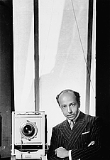 Foto de l'autor. Yousuf Karsh (1908-2002), self-portrait, 1938, Ottawa, Ont. (Yousuf Karsh / Library and Archives Canada / PA-212511)