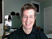 Foto do autor. Me smiling at my desktop