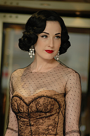 """Författarporträtt. Dita Von Teese Cannes 2007 By Mireille Ampilhac - originally posted to Flickr as Cannes 2007, CC BY-SA 2.0, <a href=""""https://commons.wikimedia.org/w/index.php?curid=8056830"""" rel=""""nofollow"""" target=""""_top"""">https://commons.wikimedia.org/w/index.php?curid=8056830</a>"""