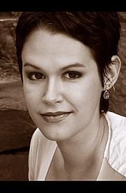 Författarporträtt. Photo courtesy of http://www.lyndsayfaye.com/