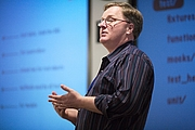 """Forfatter foto. Dave Thomas speaking at the Pasadena Rails Studio By James Davidson - Flickr: Dave Thomas, CC BY 2.0, <a href=""""https://commons.wikimedia.org/w/index.php?curid=1049182"""" rel=""""nofollow"""" target=""""_top"""">https://commons.wikimedia.org/w/index.php?curid=1049182</a>"""