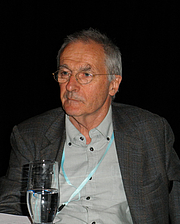 """Kirjailijan kuva. Welsh geneticist Steve Jones in April 2012. Red eyes effect removed. By Michal Maňas - Own work, CC BY 3.0, <a href=""""//commons.wikimedia.org/w/index.php?curid=19180744"""" rel=""""nofollow"""" target=""""_top"""">https://commons.wikimedia.org/w/index.php?curid=19180744</a>"""