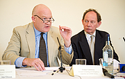 """Forfatter foto. Ethan Gutmann (left) with Edward McMillan-Scott at Foreign Press Association press conference, 2009 By Jaya gibson - Own work, CC BY-SA 4.0, <a href=""""https://commons.wikimedia.org/w/index.php?curid=41155454"""" rel=""""nofollow"""" target=""""_top"""">https://commons.wikimedia.org/w/index.php?curid=41155454</a>"""
