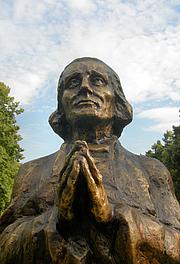 Foto do autor. Monument to St. John Vianney, Poznań, Poland.  Photo by user Klapi / Wikimedia Commons.
