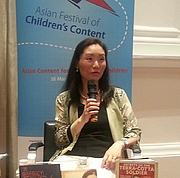 """Författarporträtt. Author Ying Chang Compestine speaking at the Asian Festival of Children's Content By Kushnerkali - Own work, CC BY-SA 4.0, <a href=""""https://commons.wikimedia.org/w/index.php?curid=60969599"""" rel=""""nofollow"""" target=""""_top"""">https://commons.wikimedia.org/w/index.php?curid=60969599</a>"""