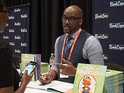 "Foto do autor. Derrick Barnes at BookExpo 2019 By Rhododendrites - Own work, CC BY-SA 4.0, <a href=""https://commons.wikimedia.org/w/index.php?curid=79387542"" rel=""nofollow"" target=""_top"">https://commons.wikimedia.org/w/index.php?curid=79387542</a>"