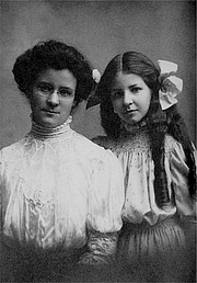 """Kirjailijan kuva. Katharine Briggs and Isabel Briggs-Myers. By Unknown, Courtesy of Katharine Myers - Katharine Myers, Public Domain, <a href=""""https://commons.wikimedia.org/w/index.php?curid=48805871"""" rel=""""nofollow"""" target=""""_top"""">https://commons.wikimedia.org/w/index.php?curid=48805871</a>"""