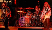 """Kirjailijan kuva. By Jenya Campbell from Olympia, USA - Alice in Chains on tour, CC BY-SA 2.0, <a href=""""https://commons.wikimedia.org/w/index.php?curid=3210768"""" rel=""""nofollow"""" target=""""_top"""">https://commons.wikimedia.org/w/index.php?curid=3210768</a>"""