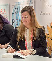 "Foto de l'autor. Tamsyn Muir at BookExpo By Rhododendrites - Own work, CC BY-SA 4.0, <a href=""https://commons.wikimedia.org/w/index.php?curid=79475846"" rel=""nofollow"" target=""_top"">https://commons.wikimedia.org/w/index.php?curid=79475846</a>"