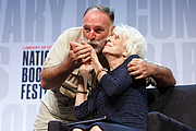 """Foto de l'autor. José Andres greets Diane Rehm on the Main Stage of the National Book Festival, August 31, 2019. Photo by Shawn Miller/Library of Congress. By Library of Congress Life - 20190831SM0548.jpg, CC0, <a href=""""https://commons.wikimedia.org/w/index.php?curid=82899256"""" rel=""""nofollow"""" target=""""_top"""">https://commons.wikimedia.org/w/index.php?curid=82899256</a>"""